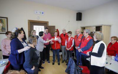 Los mayores del Hogar del Pensionista donan mil euros a Cruz Roja