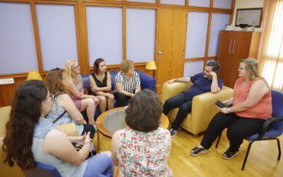 El Ayuntamiento de l'Alfàs estudia vías de colaboración con la Asociación Mujeres con voz