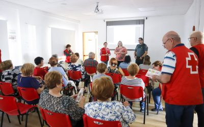 Cruz Roja y Guardia Civil informan a los mayores sobre prevención de robos, timos y estafas