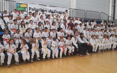 Más de 100 alumnos de taekwondo recogieron sus nuevos  cinturones al pasar de nivel en la escuela de l'Alfàs del Pi .