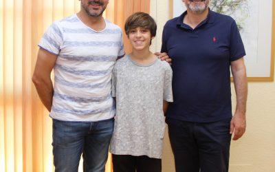 El nadador Raúl Expósito fue recibido por el Alcalde Vicente Arques  antes de participar en el Campeonato de España.