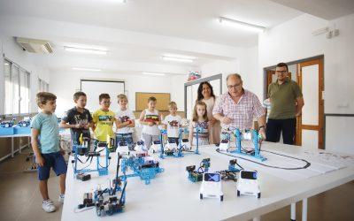 El alumnado del curso de robótica infantil aprende jugando la tecnología en torno a las Smart Cities