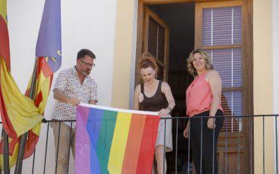 La fachada del Ayuntamiento de l'Alfàs luce la bandera LGTBI