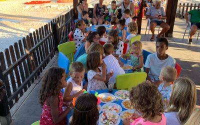 La biblioplaya de l'Albir celebra una fiesta para los niños y niñas que asisten a los talleres infantiles