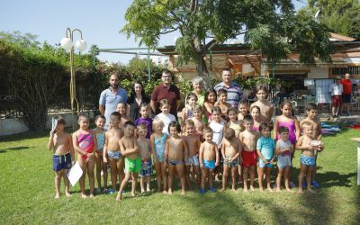 120 niños y niñas participan este verano en los cursos de natación de l'Alfàs
