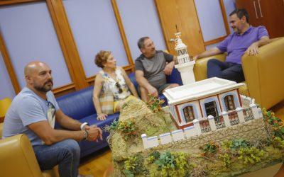 Pedro López de la Reina  entrega al Alcalde Vicente Arques una maqueta del Faro del Albir