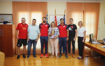 Christian Muñoz y Faran Afzal , jugadores de la Selección Española de Crícket han sido recibidos por la Concejal de Presidencia Maite García tras ganar su primer torneo internacional