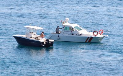 Una embarcación vigila por mar el Parque Natural Serra Gelada gracias a la colaboracion entre municipios.