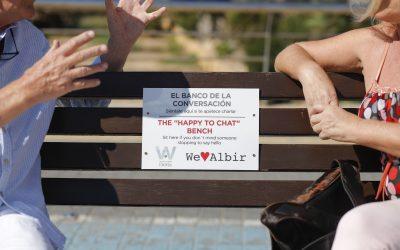 We Love Albir y Welcome l'Alfàs señalizan bancos donde la conversación es bienvenida