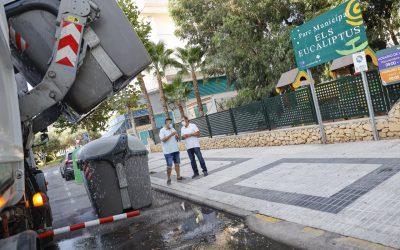 Un camión limpia a fondo los 365 contenedores de residuos sólidos de l'Alfàs del Pi
