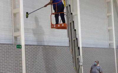 El Ayuntamiento de l'Alfàs refuerza la limpieza de las instalaciones municipales deportivas