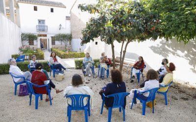 El Club de Lectura Feminista de l'Alfàs se reunió en el jardín de la calle Baldons
