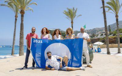Rebeca Sala, Esther Acebo y Silvia Marsó participan en el izado de la Bandera Azul en la playa de l'Albir