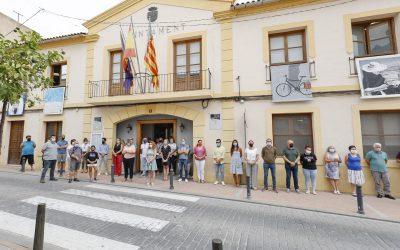 El Ayuntamiento de l'Alfàs guarda un minuto de silencio por la mujer asesinada en la Vila
